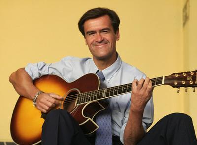 El ministro López Aguilar, con una de sus guitarras, instrumento con el que se mete en todos los charcos rítmicos y canoros.