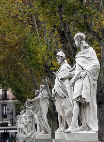 Estatuas de los reyes godos en la madrileña plaza de Oriente.