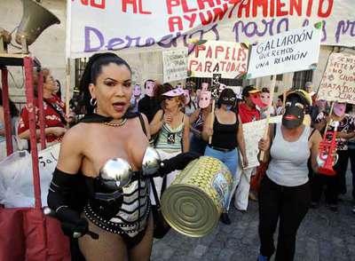 Cacerolada en defensa de los derechos de las prostitutas y contra la persecución policial, frente al Ayuntamiento de Madrid, en julio de 2004.