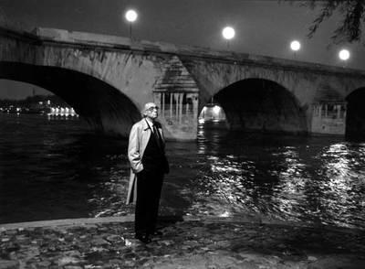 El escritor portugués José Saramago, a orillas del Sena.
