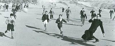 Alumnos del colegio Obispo Perelló de Madrid juegan al fútbol a mediados del siglo XX.