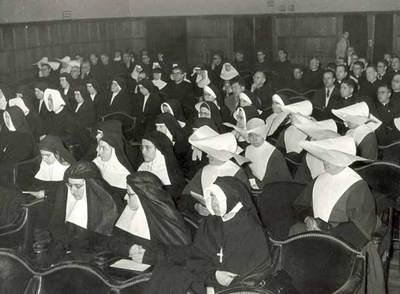 Asistentes a un encuentro de la Federación de Amigos de la Enseñanza (FAE), fundada en 1930 (arriba).