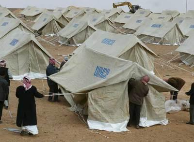 Un grupo de voluntarios jordanos instala un campamento para refugiados iraquíes cerca de la frontera.