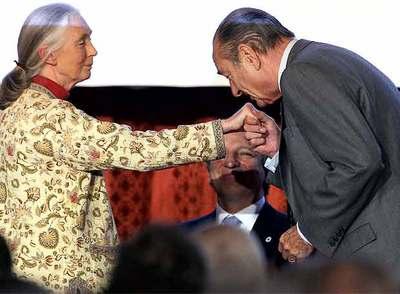 El presidente francés, Jacques Chirac, besa la mano a la etóloga y conservacionista británica Jane Goodall.