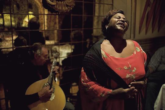 Ana María es congoleña. Allí aprendió el Fado que ahora canta en Lisboa (aquí, en la Taverna del Rey).