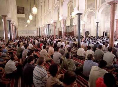 Rezo en la mezquita de la M-30, en Madrid.