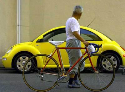 Un ciclista contempla un modelo Volkswagen Beetle en Japón.