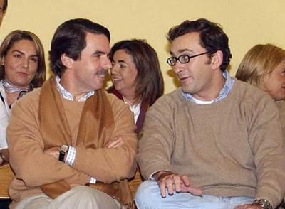 José María Aznar, conversa con el secretario general del PP europeo, Alejandro Agag, durante el seminario organizado por el PP en la localidad de Becerril de la Sierra (Madrid).