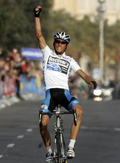 Contador cruza ganador la meta del Paseo de los Ingleses de Niza.