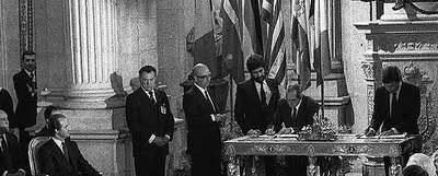 El ministro de Exteriores Fernando Morán (izquierda) y el presidente Felipe González firman el tratado de adhesión ante el Rey en 1985.