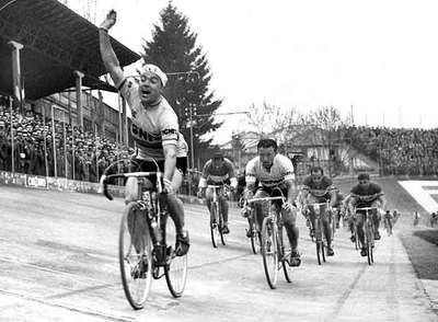 Miguel Poblet se impone al  sprint  en la clásica Milán-Turín de 1957, año en que también ganó la Milán-San Remo.