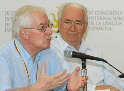 Víctor García de la Concha (izquierda) y el ex presidente de Colombia Belisario Betancur, ayer en Cartagena de Indias.