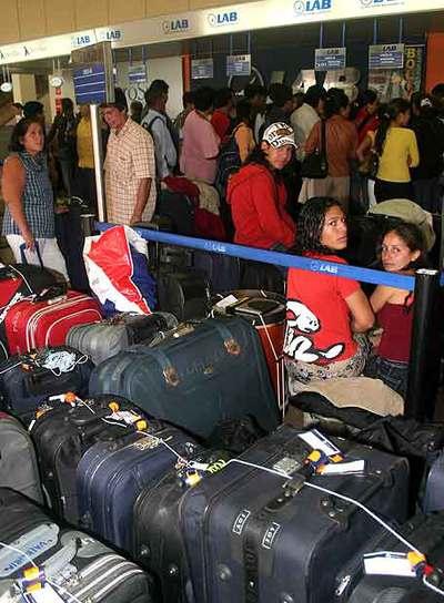 Bolivianos esperan noticias de su vuelo en el aeropuerto de Santa Cruz.
