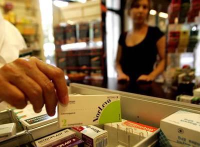 Un farmacéutico vende a una joven un envase de la píldora del día siguiente o poscoital.
