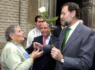 Rajoy (derecha) y el alcalde de Granada, José Torres Hurtado, conversan con una florista en la capital andaluza.