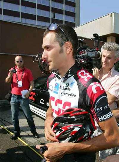 Basso, tras su expulsión antes del Tour 2006.