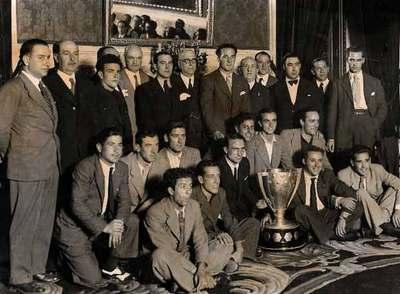 El equipo del Betis Balompié con la Liga de 1935. O'Connell es el quinto por la izquierda de pie, justo debajo del espejo.