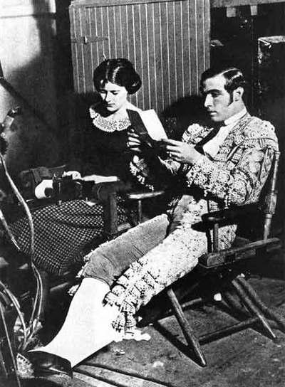 Rodolfo Valentino, en un descanso del rodaje de  Sangre y arena.