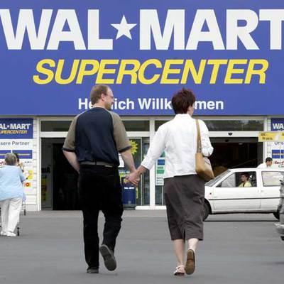 Una pareja de clientes se dirige a un supermercado de Wal-Mart cerca de Francfort.