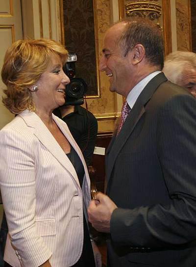 Esperanza Aguirre y Miguel Sebastián hablan durante la toma de posesión de Carlos Berzosa.