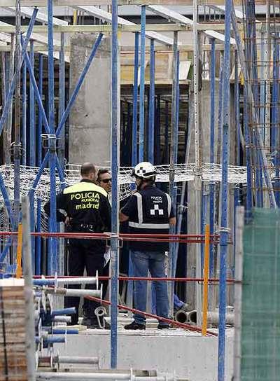 La policía investiga el accidente de un albañil en una obra.