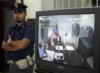 Pippo Caló (derecha de la pantalla), durante la video-conexión, el pasado día 6, desde la cárcel donde está con la sala del juicio para conocer la sentencia.