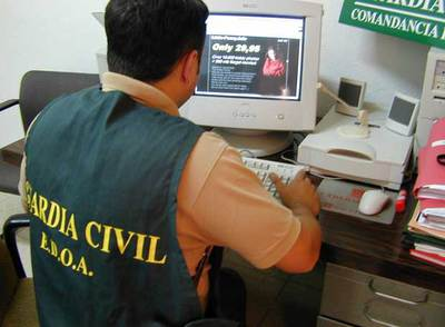 Un agente de la Unidad de Delitos Telemáticos de la Guardia Civil analiza una página  web  de pornografía infantil.