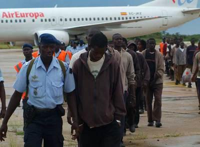 Senegaleses repatriados desde España, a su llegada al aeropuerto de Saint Louis.