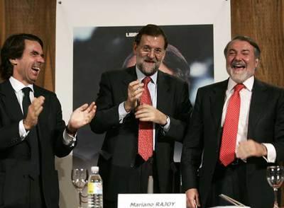 Mariano Rajoy, flanqueado por José María Aznar y Jaime Mayor, en la presentación de un libro.