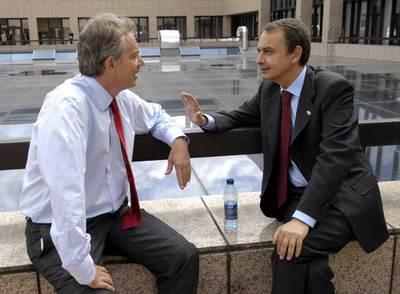 José Luis Rodríguez Zapatero (derecha) conversa con Tony Blair en una de las terrazas del edificio del Consejo Europeo en Bruselas.