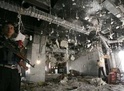 Un policía iraquí en el vestíbulo del hotel Mansur de Bagdad tras el atentado.