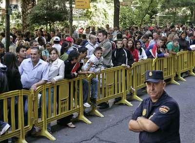 La odisea de sacarse el pasaporte edici n impresa el pa s for Oficinas pasaporte madrid