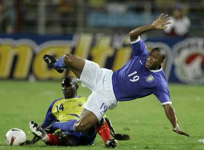 Baptista sufre una falta de Castillo durante el partido ante Ecuador.