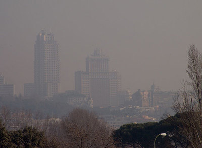 Vista de los edificios de la plaza de España de Madrid, difuminados por el efecto de la contaminación, en enero de 2005.