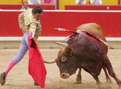 Luis Miguel Encabo, en su primer toro de la tarde ayer en Pamplona.