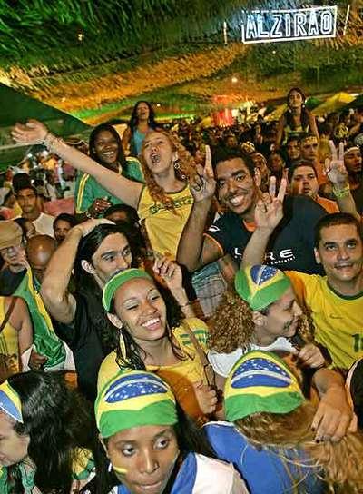 Un grupo de brasileños celebra una victoria futbolística en Río de Janeiro.