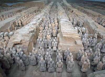 Vista de los guerreros y los caballos de terracota (derecha) de Xian  en el mismo lugar en el que se encontraron en 1974.