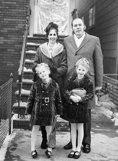 Richard Kuklinski; su esposa, Barbara, y sus dos hijas, en la Navidad de 1969 ante su casa de Nueva York.