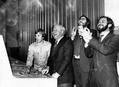 Jesús de Polanco, Antonio Franco y Juan Luis Cebrián, en la inauguración de la edición catalana del diario.