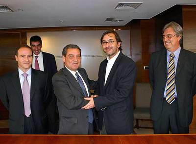 En el centro, Augusto Delkáder, consejero delegado de Unión Radio, y José A. Ituarte, director financiero de Claxson. A ambos lados, los directivos de Unión Radio Javier Cortezón (izquierda) y Ricardo Alarcón (derecha).