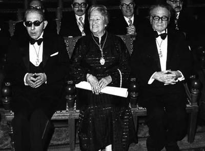 Carmen Conde, en su investidura como académica, con Gonzalo Torrente Ballester, a la izquierda, y Manuel Terán, a la derecha.
