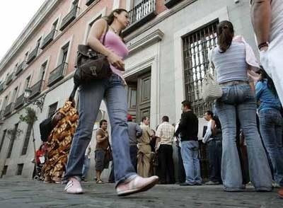 Los europeos tambi n hacen cola edici n impresa el pa s for Oficina de extranjeria madrid aluche