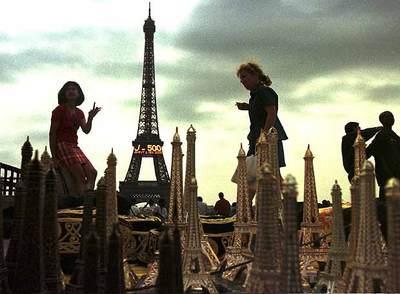 Colección de pequeñas 'torres eiffel' en ña plaza del Trocaderp de París. Al fondo , la verdadera torre, que anuncia 500 días para el año 2000