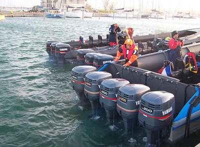 La tripulación de una lancha equipada con cinco motores se prepara para zarpar a Marruecos desde un puerto próximo a Perpiñán (Francia).