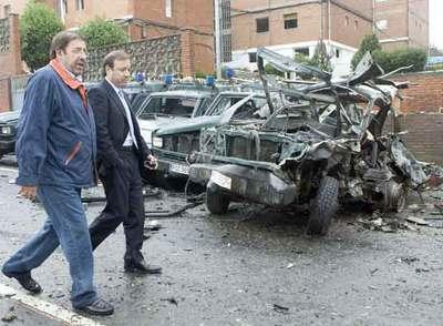 El delegado del Gobierno en el País Vasco, Paulino Luesma, y el director de la Guardia Civil, Joan Mesquida, en el lugar del atentado.