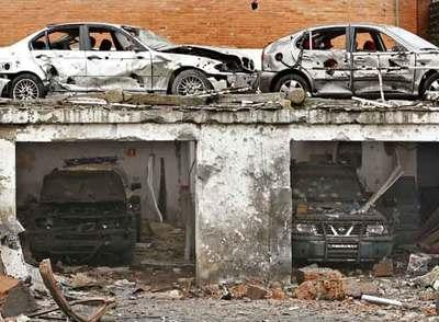 Estado en el que quedaron algunos de los vehículos de la casa cuartel.