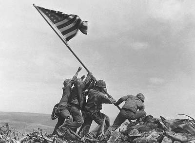 Soldados estadounidenses plantan la bandera de su país en la cumbre del monte Suribachi, el 23 de febrero de 1945.