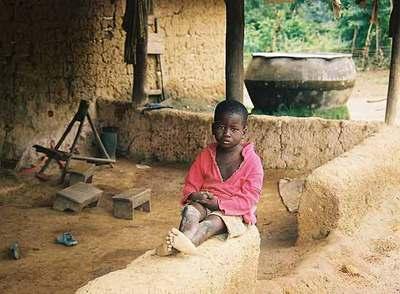 Joachim, de 10 años, el menor de los tres niños en los que se centra el reportaje, en su campamento de trabajo en Meayí (Costa de Marfil).rnNiños trabajadores en Benin.rnEL CONSEJO DEL POBLADO. Decisión: vender a los niños.