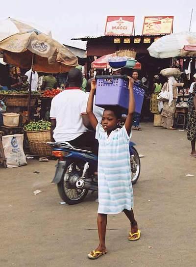 Niño trabajando en Benin