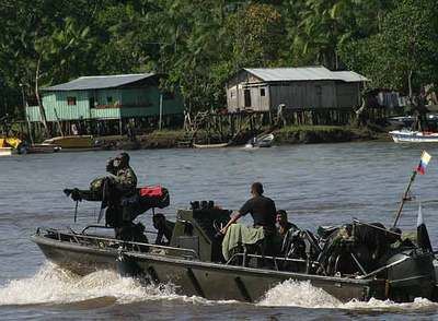 Una lancha del ejército colombiano patrulla por uno de los ríos de la costa del Pacífico.